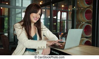 femme, directeur bureau, lieu travail, devant, jeune, coworking, séance, ordinateur portable