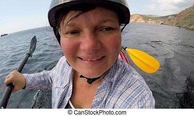 femme, diriger, kayak, appareil photo, mer, nage, elle-même