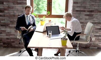 femme, discuter, bureau, homme