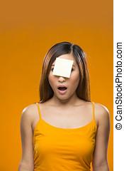 femme, distrait, note collante jaune, asian font face