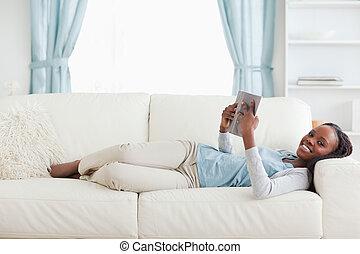 femme, divan, mensonge, lecture