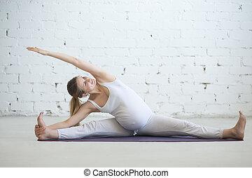 femme, divisions, pregnant, yoga., jeune, assis, prénatal, coude, côté, exercice