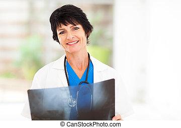 femme, docteur mûr, monde médical