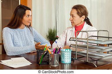 femme, docteur mûr, plaindre, adolescent, malade