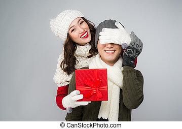 femme, don donne, couple, gift., jeune, fond, blanc, petit ami