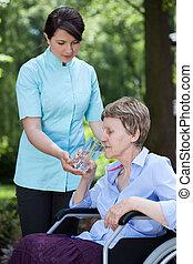 femme, donner, arrosez verre, personne agee, caregiver