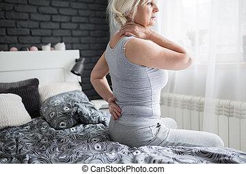 femme, douleur, s'installer, lit, personne agee, avoir