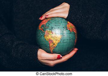 femme, earth., tenant mains