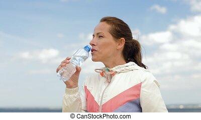 femme, eau potable, après, exercisme, sur, plage