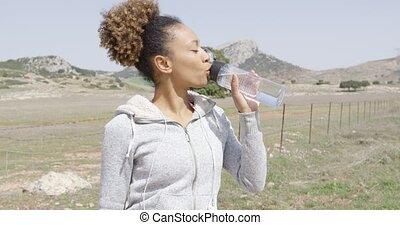 femme, eau potable, pendant, séance entraînement