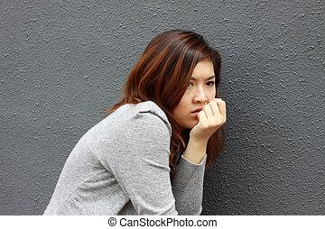 femme, effrayé, asian font face