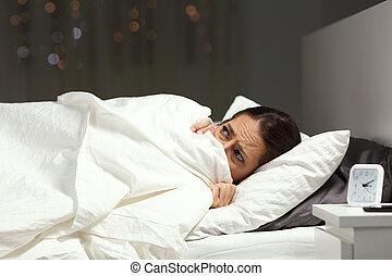 femme, effrayé, nuit, lit, sous, couverture, dissimulation