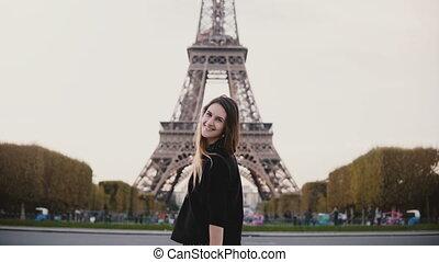 femme, eiffel, jeune, paris, regarder, célèbre, france., appareil photo, vue, tour, portrait, sourire heureux