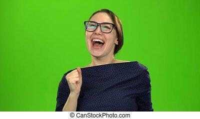 femme, elle, écran, victory., rejoices, vert