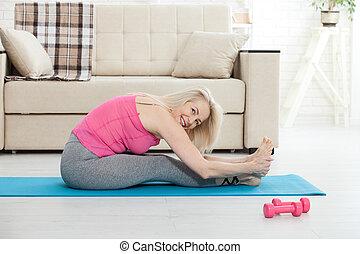 femme, elle, étirage, deux âges, 50s, exercice
