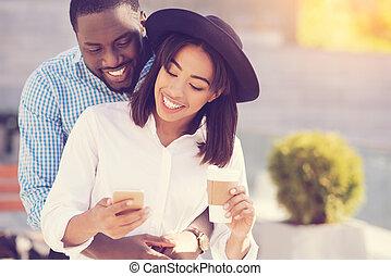 femme, elle, être, jeune, étreint, heureux, petit ami