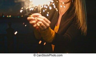 femme, elle, brûlé, sparklers, mains, amusement, avoir, bengal-light