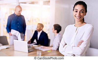 femme, elle, business, jeune, confiant, équipe, sourire, représenter, multiethnic
