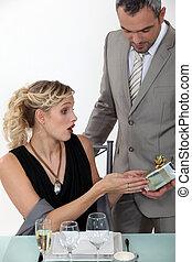 femme, elle, cadeau, réception, surpris, petit ami