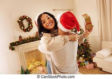 femme, elle, cadeau, remercier, noël, mari, heureux