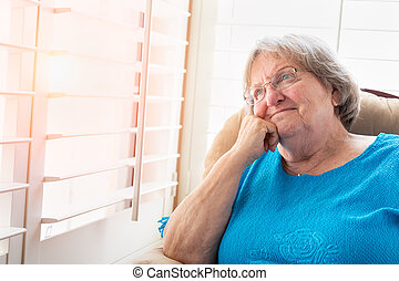 femme, elle, contenu, fenêtre, personne agee, fixer, dehors