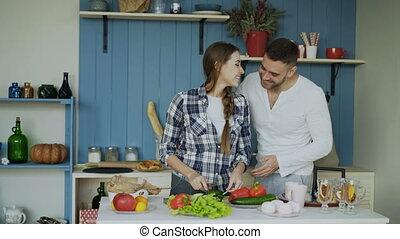 femme, elle, danse, couple, cuisine, jeune, kitchen., matin, alimentation, séduisant, heureux, petit ami
