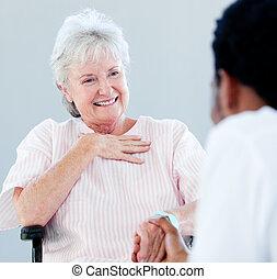 femme, elle, docteur, fauteuil roulant, séance, conversation, personne agee