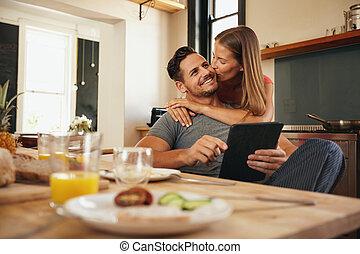 femme, elle, donner, matin, bon, baiser, petit ami, cuisine