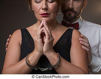 femme, elle, enchaîné, menottes, désespéré, époux