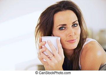 femme, elle, figure, grande tasse, séduisant, tenir fermeture