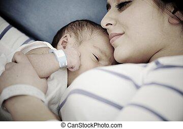 femme, elle, hôpital, nouveau né, tenant bébé