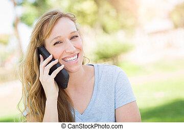femme, elle, jeune, conversation, téléphone., adulte, dehors, intelligent