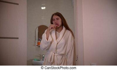 femme, elle, jeune, matin, porter, brossage, peignoir, dents