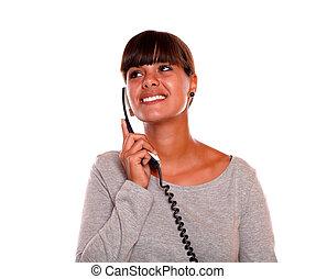 femme, elle, jeune regarder, téléphone, droit, parler