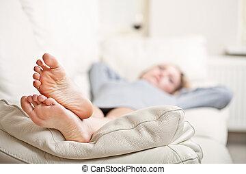 femme, elle, jeune, sofa, foyer, pieds, mensonge