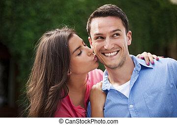 femme, elle, joue, jeune, baisers, petit ami