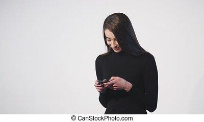 femme, elle, mobile, -, sur, texting, isolé, téléphone, fond, blanc