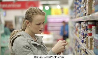 femme, elle, nourriture, jeune, supermarket., choisir, enfant