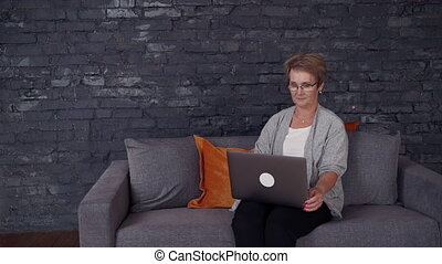 femme, elle, ordinateur portable, deux âges, utilisation, maison