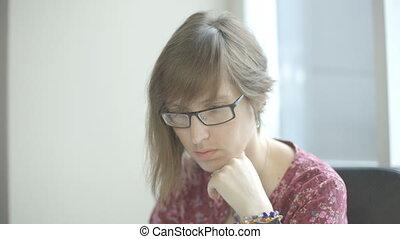 femme, elle, ordinateur portable, jeune, écran, regarder, ...