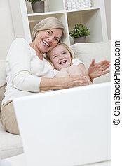 femme, elle, ordinateur portable, petite-fille, jeune, grand-mère, informatique, enfant riant, amusement, maison, personne agee, avoir