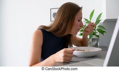femme, elle, ordinateur portable, quoique, séduisant, utilisation, petit déjeuner, avoir