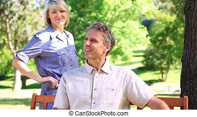 femme, elle, parc, étreindre, banc, associé, heureux