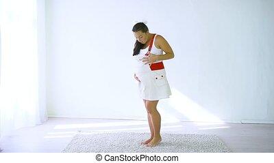 femme, elle, pregnant, ventre, toucher, maison, heureux