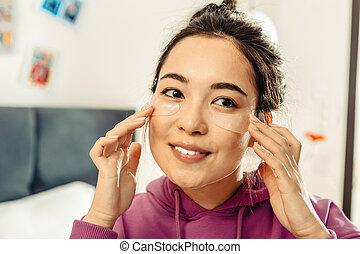 femme, elle, prendre, haut, dark-eyed, asiatique, peau, fin, soin
