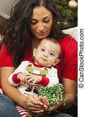 femme, elle, race mélangée, ethnique, bébé, portrait, noël
