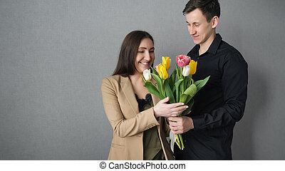 femme, elle, recevoir, tulipe, amant, fleurs, surpris