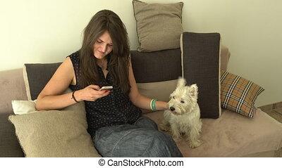 femme, elle, séance, chouchou, sofa., chien, poche, quoique, smartphone, utilisation, caresser