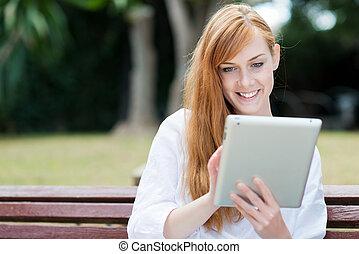 femme, elle, séance, parc, jeune, tablet-pc