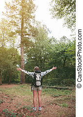 femme, elle, sac à dos, bras, randonneur, forêt, élévation